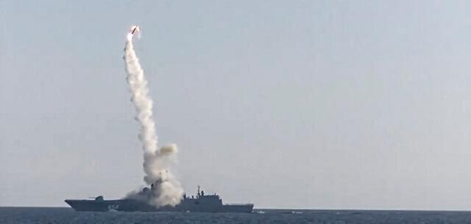 Tên lửa siêu vượt âm Zircon của Nga có thể tấn công các mục tiêu trên biển và đất liền. Ảnh: AP