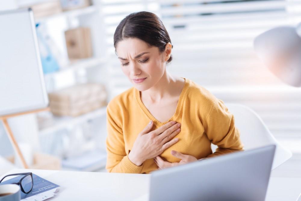Tức ngực, khó thở có thể liên quan đến bệnh tim.