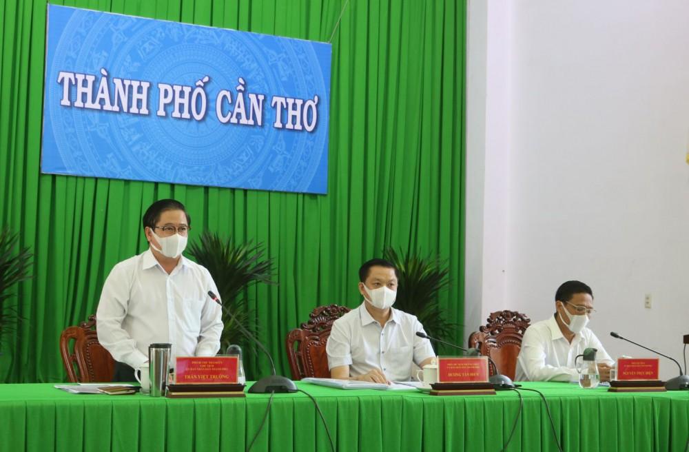 Chủ tịch UBND TP Cần Thơ Trần Việt Trường phát biểu tại cuộc họp.