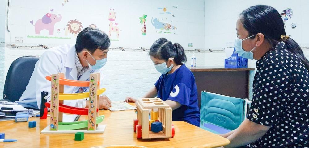 BS Phạm Văn Đông tư vấn cho một phụ huynh can thiệp điều trị tự kỷ cho trẻ.