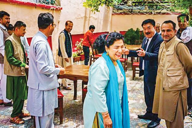 Haidari tiếp đón khách hàng tại quá cà phê Taj Begum, nơi sẽ không được phép tồn tại dưới thời Taliban.