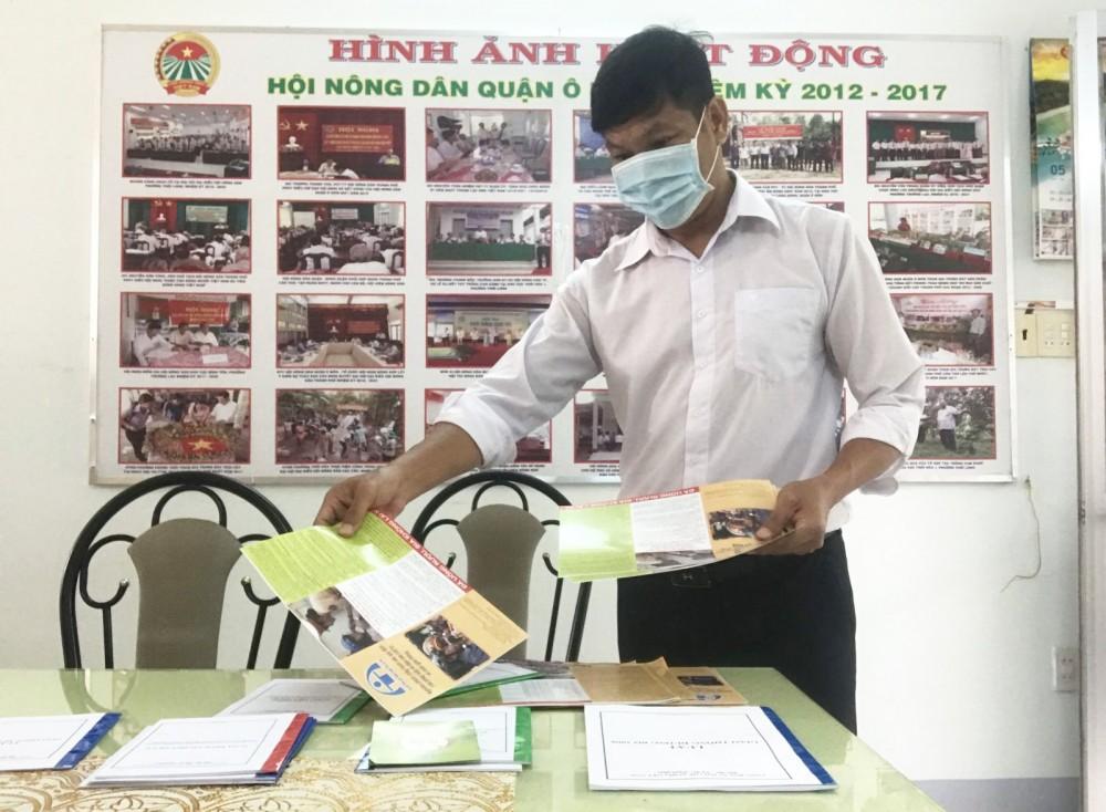 Cán bộ Hội Nông dân quận Ô Môn tập hợp nhiều tài liệu tuyên truyền về trật tự, an toàn giao thông để gửi đến các cơ sở Hội. Ảnh: V.T