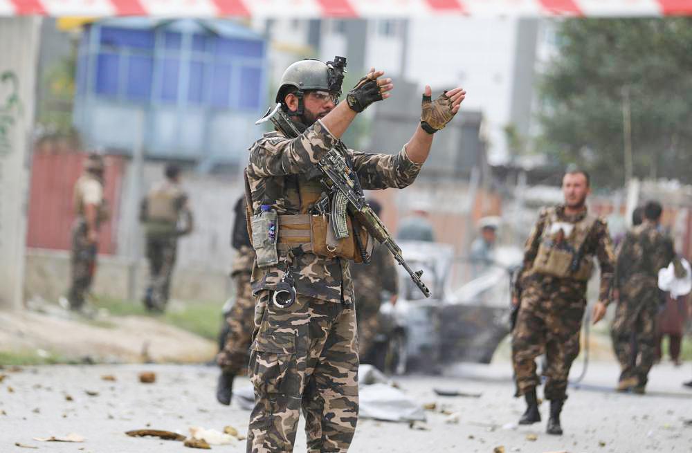 Nhân viên an ninh kiểm tra sau vụ tên lửa tấn công thủ đô Kabul của Afghanistan mới đây. Ảnh: AP