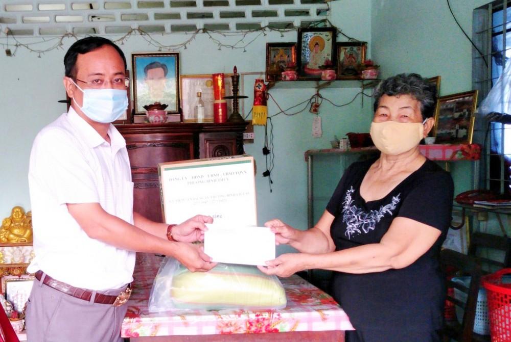 Ông Nguyễn Quốc Trung, Phó Chủ tịch UBND phường Bình Thủy trao tiền, quà hỗ trợ Ngày Thương binh - Liệt sĩ cho bà Hà Thu Hương, gia đình chính sách ở khu vực 6, phường Bình Thủy.