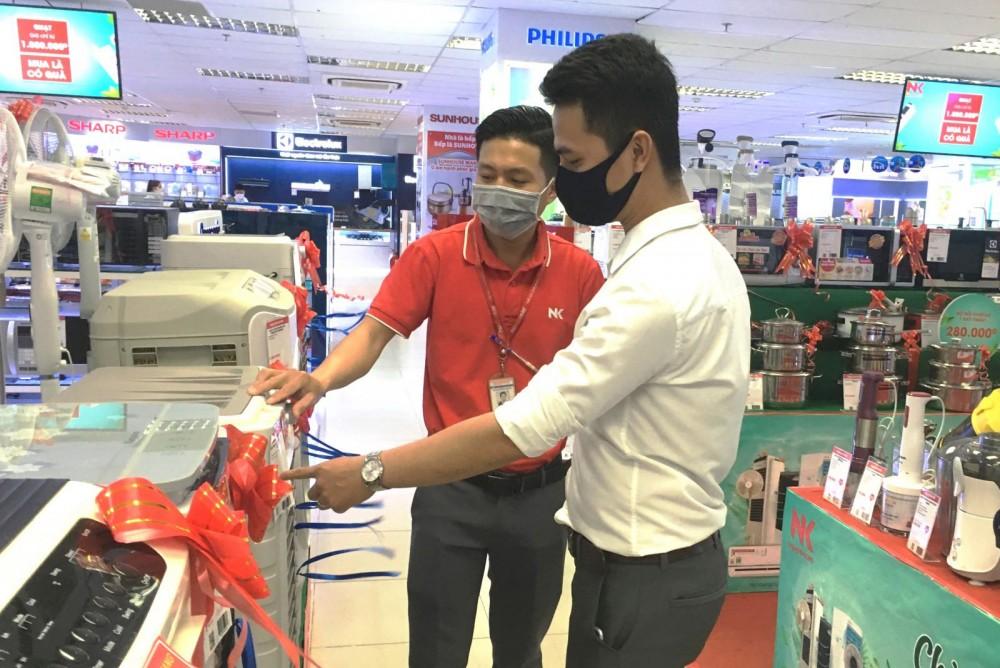 Khách hàng tìm hiểu quạt điều hòa nhiệt độ tại Trung tâm mua sắm Nguyễn Kim - Cần Thơ.