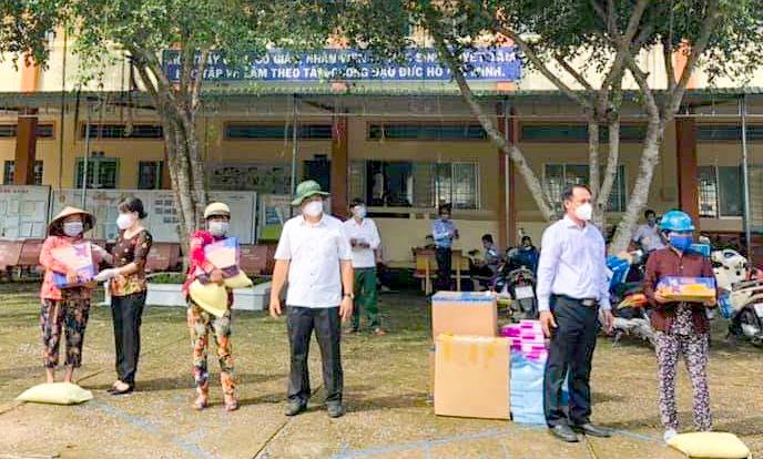 Lãnh đạo UBND, Ủy ban MTTQVN huyện Thới Lai và ban, ngành, đoàn thể huyện tặng quà người dân ở xã Trường Xuân đang bị phong tỏa. Ảnh do Ủy ban MTTQVN huyện Thới Lai cung cấp
