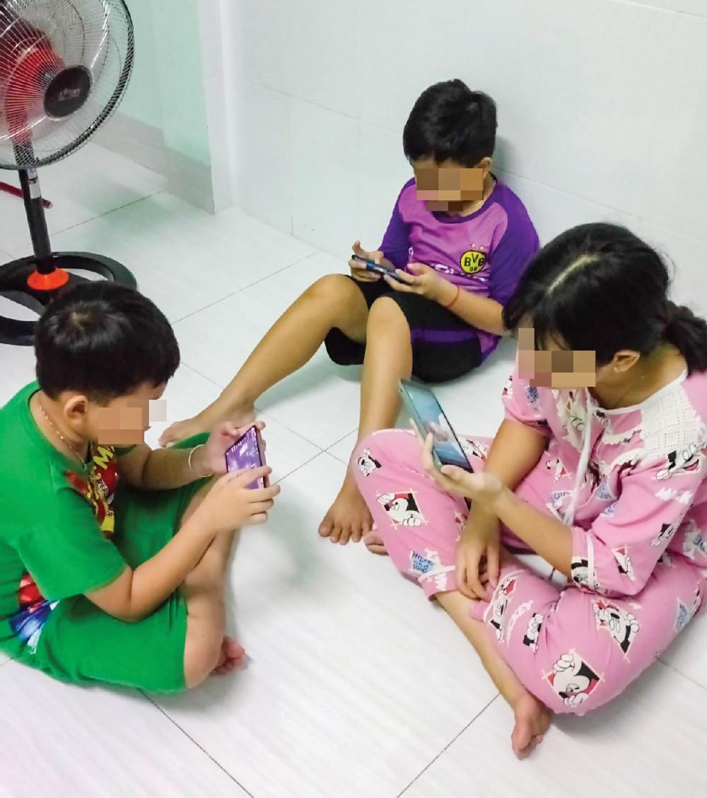 Những ngày giãn cách, nhiều trẻ giải trí bằng việc chơi game, lướt web. Phụ huynh cần quan tâm hướng dẫn để con sử dụng điện thoại lành mạnh, an toàn.