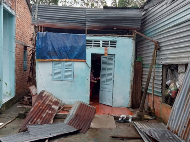 Nhà hộ dân ở xã Trường Xuân, huyện Phong Điền bị hư hại, tốc mái do cơn mưa giông ngày 25-7.