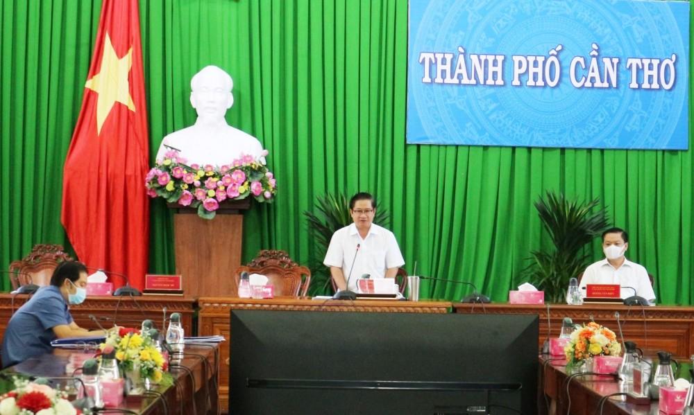Ông Trần Việt Trường, Chủ tịch UBND TP Cần Thơ, phát biểu tại cuộc họp sáng 27-7. Ảnh: H.HOA