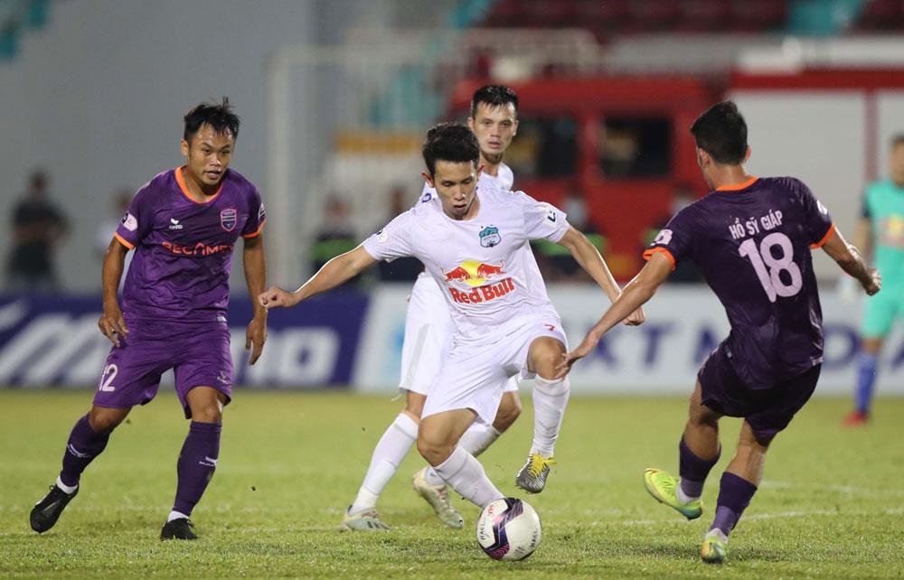 Hồng Duy (giữa) của Hoàng Anh Gia Lai trong trận hòa 2-2 với Becamex Bình Dương ở vòng 12 V.League 2021. Ảnh: VPF