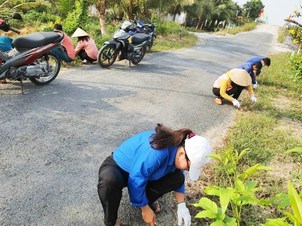 Các tổ chức, đoàn thể ra quân dọn dẹp vệ sinh cảnh quan môi trường các tuyến đường giao thông trên địa bàn xã. Ảnh chụp trước thời điểm xảy ra dịch COVID-19.