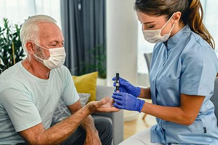 Trích máu ngón tay là phương pháp tiêu chuẩn giúp theo dõi đường huyết hiệu quả.