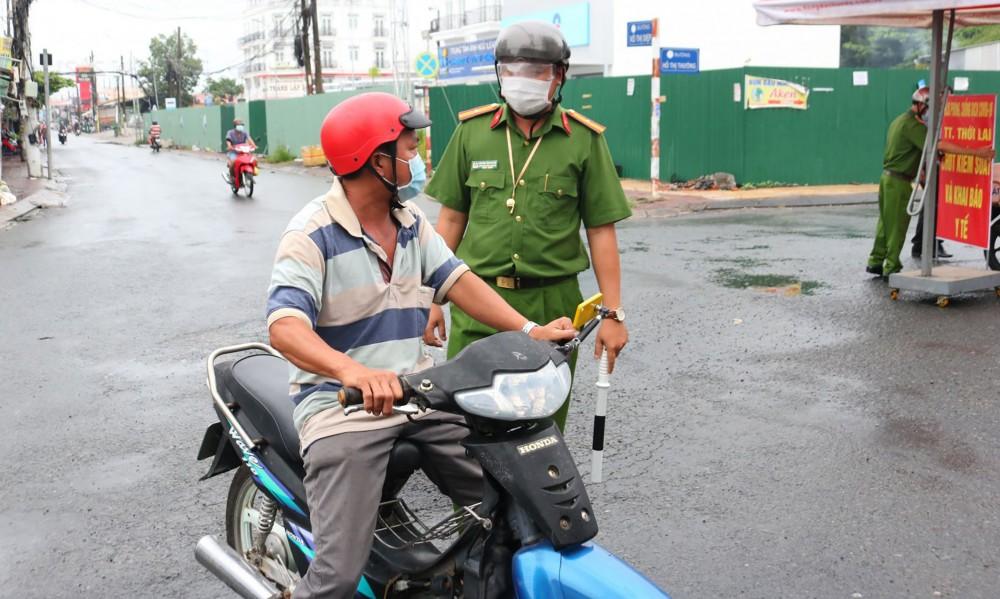 Lực lượng ở chốt kiểm soát thực hiện Chỉ thị số 16/CT-TTg của thị trấn Thới Lai đang làm nhiệm vụ.