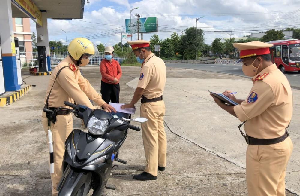 Cảnh sát giao thông - Trật tự Công an quận Cái Răng lập biên bản vi phạm hành chính đối với người tham gia giao thông ra đường khi không thực sự cần thiết.