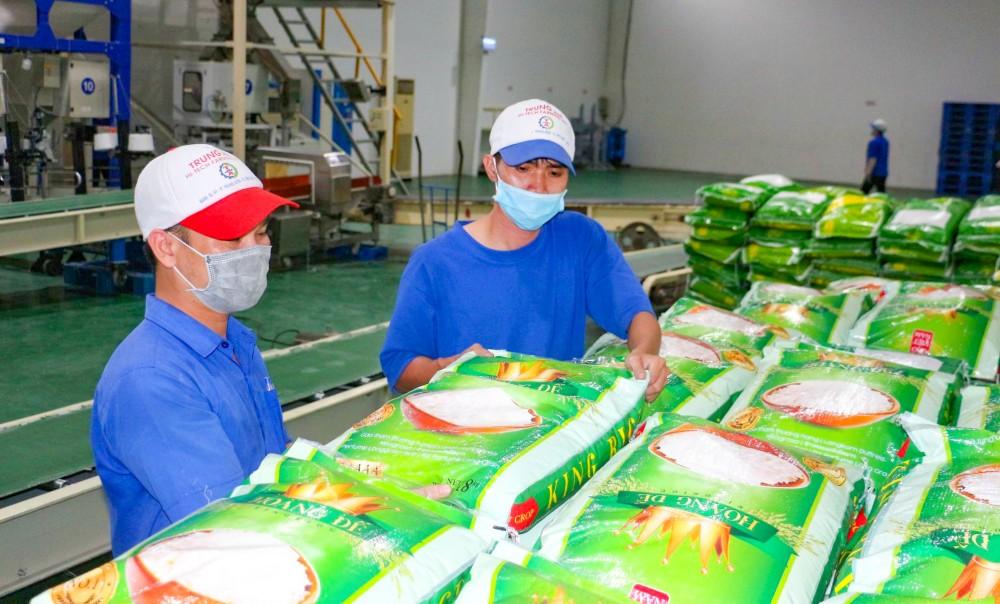Chuẩn bị hàng hóa xuất khẩu sang EU tại Công ty CP Nông nghiệp Công nghệ cao Trung An.