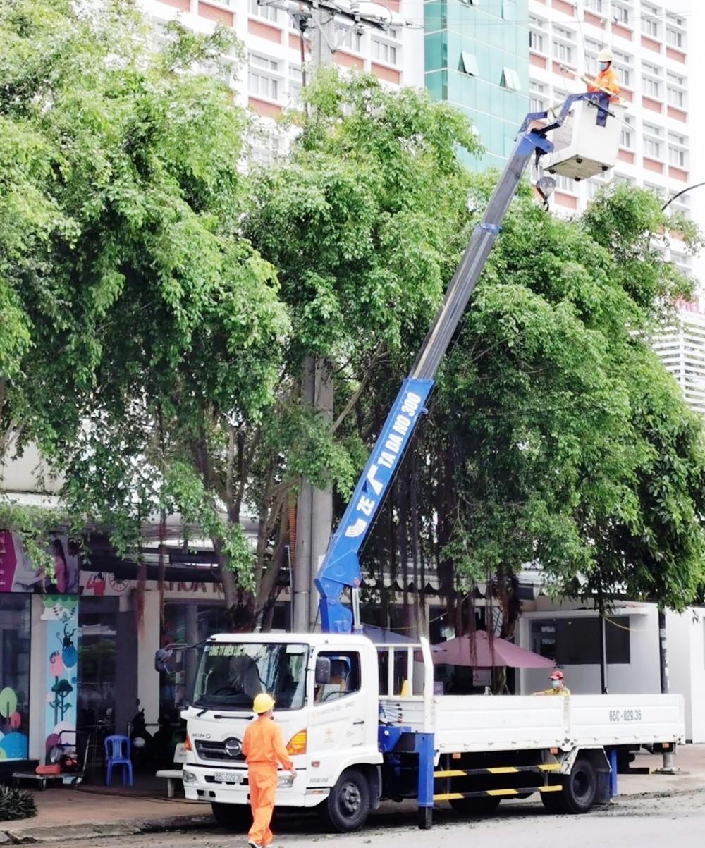 Công nhân Công ty Điện lực TP Cần Thơ thực hiện thao tác sửa chữa điện sau mưa, giông… trên địa bàn quận Ninh Kiều.