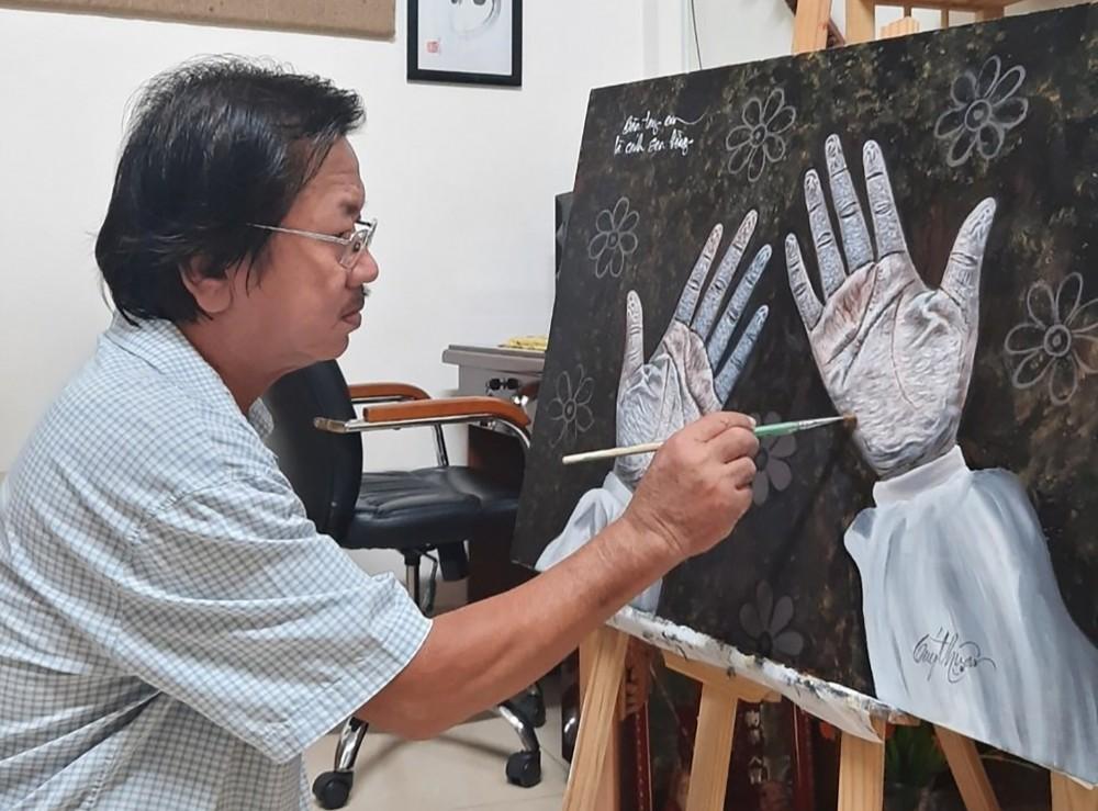 """Họa sĩ Trần Quý Thuận vẽ bức tranh """"Bàn tay em là cánh sen hồng""""."""