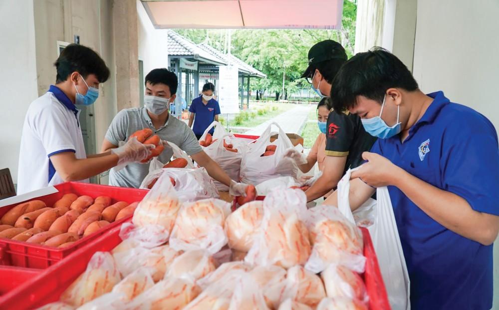 Các tình nguyện viên ở Trường Đại học Cần Thơ nhận bánh mì để chuyển đến các sinh viên bị ảnh hưởng dịch COVID-19.