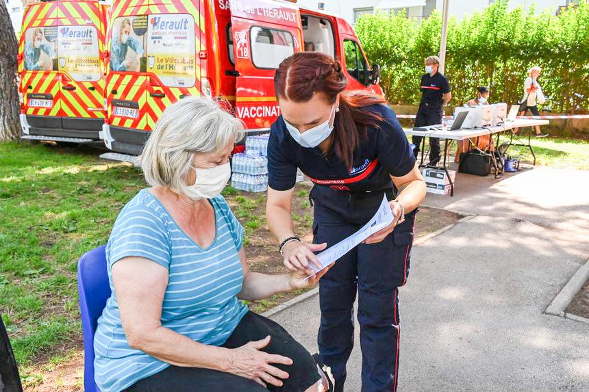 Một phụ nữ lớn tuổi ở Pháp được tiêm vaccine COVID-19. Ảnh: AFP