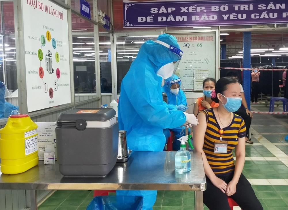 CDC Cần Thơ tiêm lưu động cho công nhân tại Công ty TNHH May xuất khẩu Việt Thành. Ảnh: H.HOA