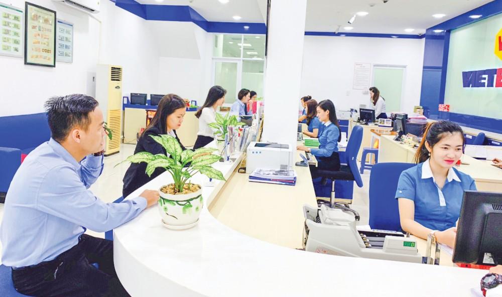 Giao dịch trên Mobile Banking, Internet Banking sẽ tiết kiệm được thời gian, giảm chi phí cho khách hàng lẫn ngân hàng (ảnh chụp tại Ngân hàng Vietbank - Chi nhánh Cần Thơ). Ảnh: Thiện Khiêm