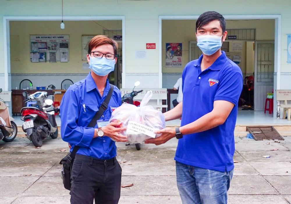 Bí thư Quận Đoàn Ninh Kiều (bên phải) tặng quà lực lượng tình nguyện viên truy vết F1, F2. Ảnh do Quận Đoàn Ninh Kiều cung cấp