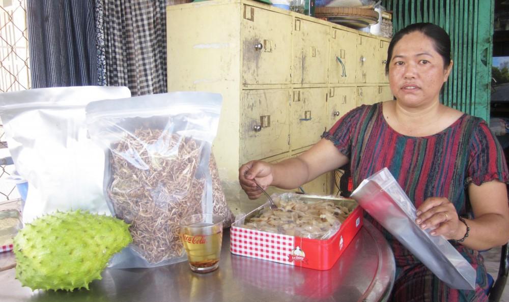 Được hỗ trợ vay vốn từ chương trình GQVL, chị Ngọc Diễm trồng mãng cầu xiêm, chế biến các sản phẩm trà và mứt mãng cầu phục vụ khách hàng gần, xa.
