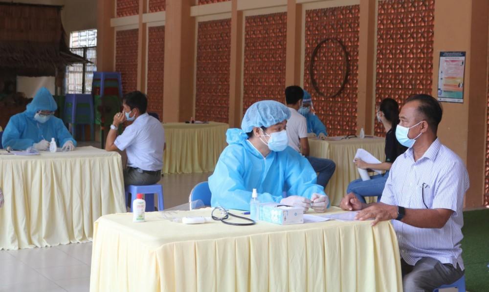 Khám chỉ định tiêm tại điểm tiêm ở Trường Tiểu học Võ Trường Toản, quận Ninh Kiều. Ảnh: H.HOA