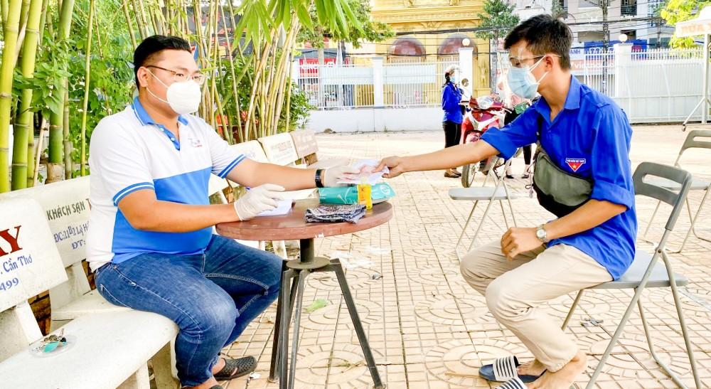 Anh Lại Phước Trường Thành (bên trái) điều phối các đơn đặt hàng cho đội shipper tình nguyện. Ảnh: Nhân vật cung cấp