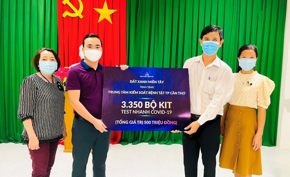 Đất Xanh Miền Tây trao tặng CDC TP Cần Thơ 3.350 bộ kit test nhanh COVID-19 tổng giá trị 500 triệu đồng.
