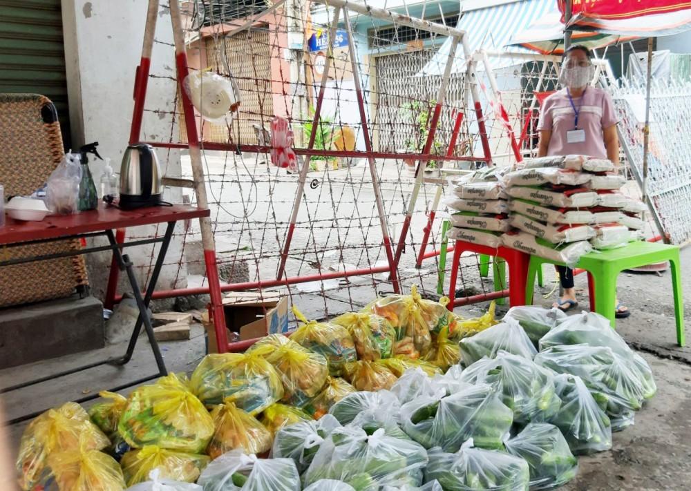 Cán bộ phường Tân An chuẩn bị quà phát cho dân ở trong khu vực cách ly. Ảnh: Phường cung cấp