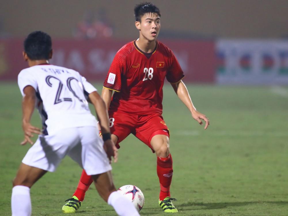 Duy Mạnh đá tiền vệ phòng ngự thay thế Hùng Dũng là giải pháp khả thi nhất của đội tuyển Việt Nam thời điểm này. Ảnh: ANH HUY