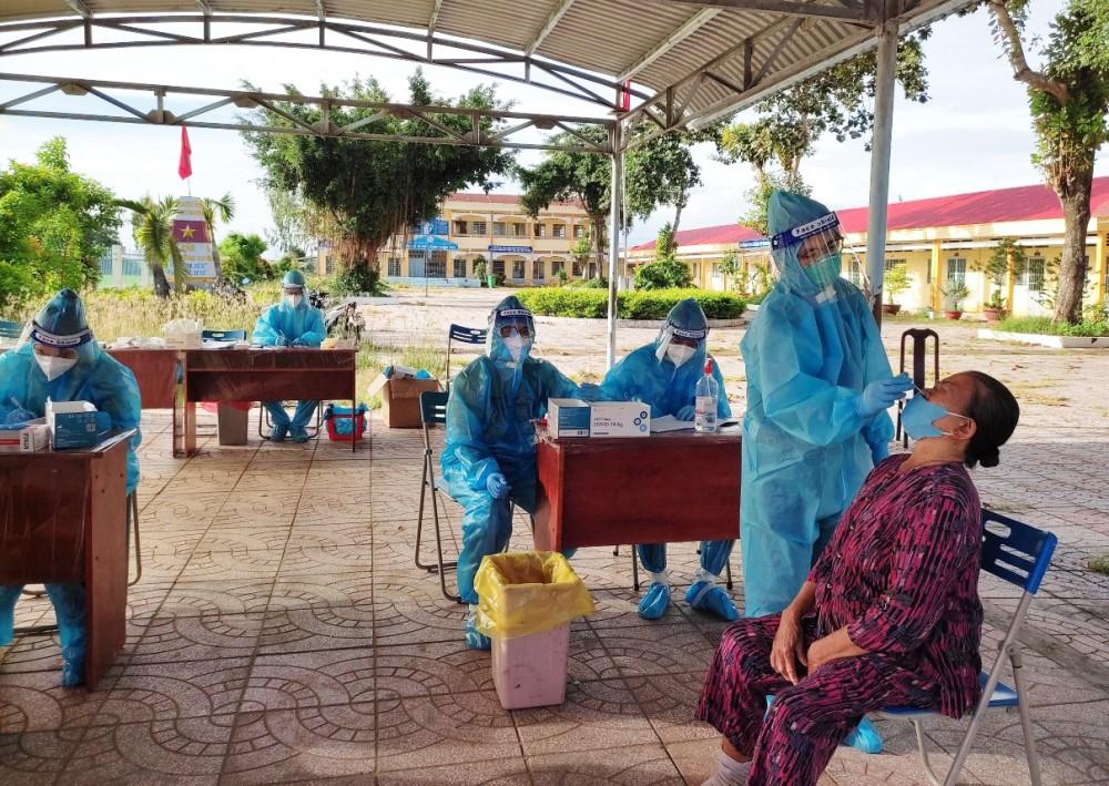 Hân cùng các bạn trong đội lấy mẫu xét nghiệm cho người dân tại huyện Vĩnh Thạnh. Ảnh: NVCC