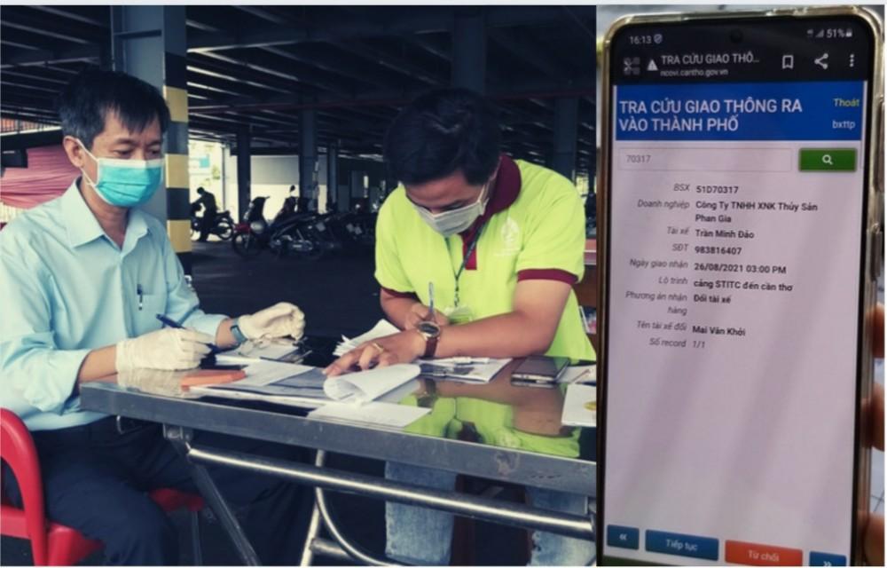 Chỉ chưa đầy 2 phút bộ phận chức năng tại Trạm Trung chuyển Bến xe Trung tâm TP Cần Thơ đã tra soát được thông tin của tài xế đã đăng ký và nhanh chóng giải quyết thủ tục cần thiết cho phương tiện vào TP Cần Thơ nhận hàng hóa. Ảnh: MINH HUYỀN