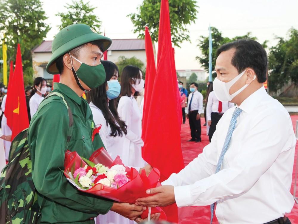 Đồng chí Lê Quang Mạnh, Ủy viên Trung ương Đảng, Bí thư Thành ủy tặng hoa động viên tân binh huyện Cờ Đỏ trong lễ giao, nhận quân năm 2021.