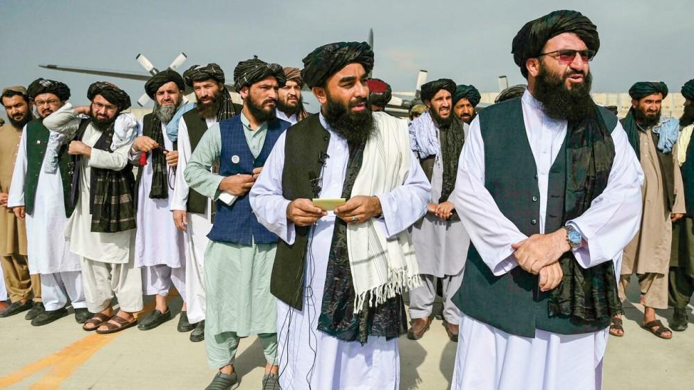 Các thành viên Taliban có mặt tại sân bay Kabul ngày Mỹ rút hoàn toàn khỏi Afghanistan. Ảnh: AP