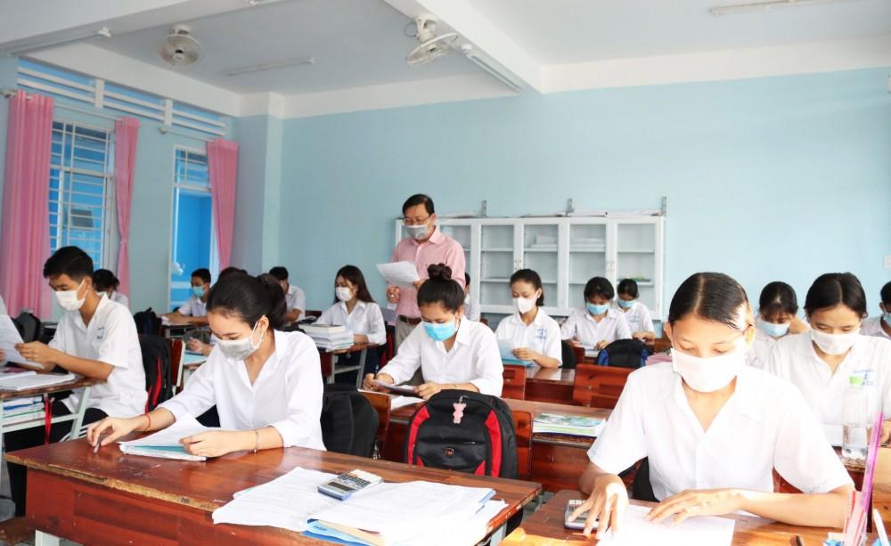 Trường THPT Dân tộc nội trú Huỳnh Cương, tỉnh Sóc Trăng, là nơi tạo nguồn cán bộ Khmer cho tỉnh. Ảnh: Lý Then