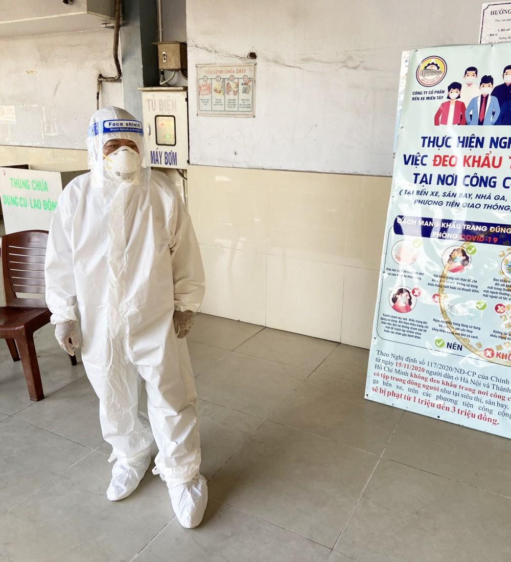 Bác sĩ Trần Văn Tuấn trong trang phục bảo hộ tại Bến xe Miền Tây trong chuyến đón công dân Cần Thơ. Ảnh: CTV