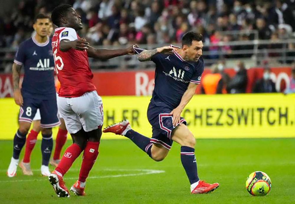 Messi (phải) đã có trận đấu đầu tiên trong màu áo PSG. Ảnh: AFP