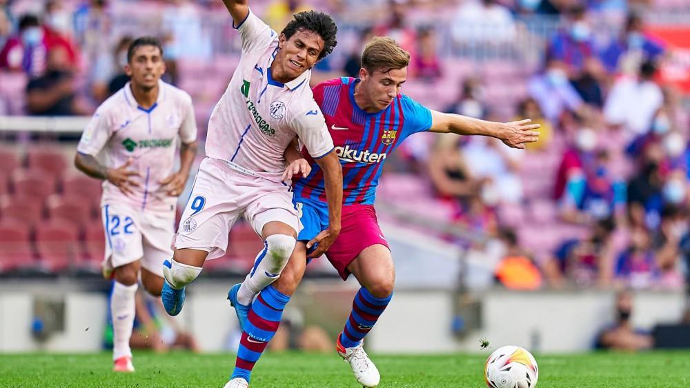 Barcelona (phải) dự báo gặp nhiều khó khăn ở mùa này. Ảnh: Marca