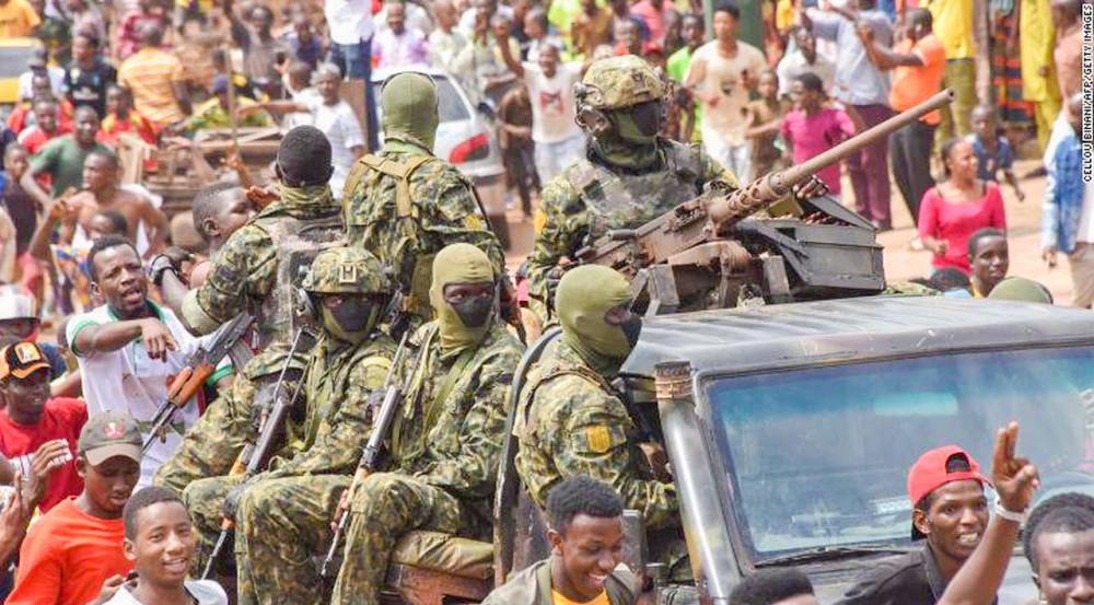Người dân xuống đường ăn mừng sau cuộc đảo chính thành công tại Guinea hồi đầu tháng 9. Ảnh: CNN