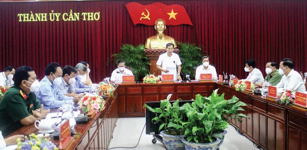 Đồng chí Lê Quang Mạnh, Ủy viên Ban chấp hành Trung ương Đảng, Bí thư Thành ủy, Trưởng Ban Chỉ đạo Phòng, chống dịch COVID-19 thành phố, phát biểu chỉ đạo tại hội nghị. Ảnh: MINH HUYỀN