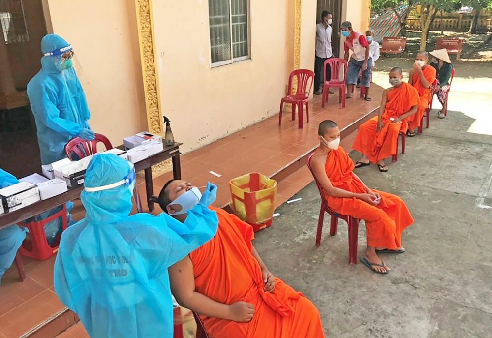 Đồng bào Khmer ở thị trấn Cờ Đỏ tham gia xét nghiệm cộng đồng.  Ảnh: CTV