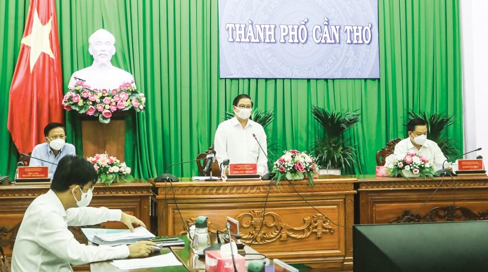 Đồng chí Trần Việt Trường, Chủ tịch UBND TP Cần Thơ chủ trì cuộc họp. Ảnh: H.HOA