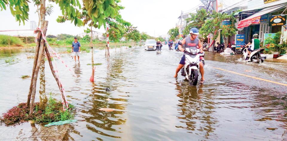 Đường giao thông khu vực Hồ Bún Xáng (phường An Khánh, quận Ninh Kiều) hằng năm bị ngập sâu do triều cường.
