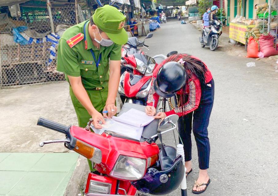 Người dân phường Lê Bình ký tên vào biên bản vi phạm hành chính.