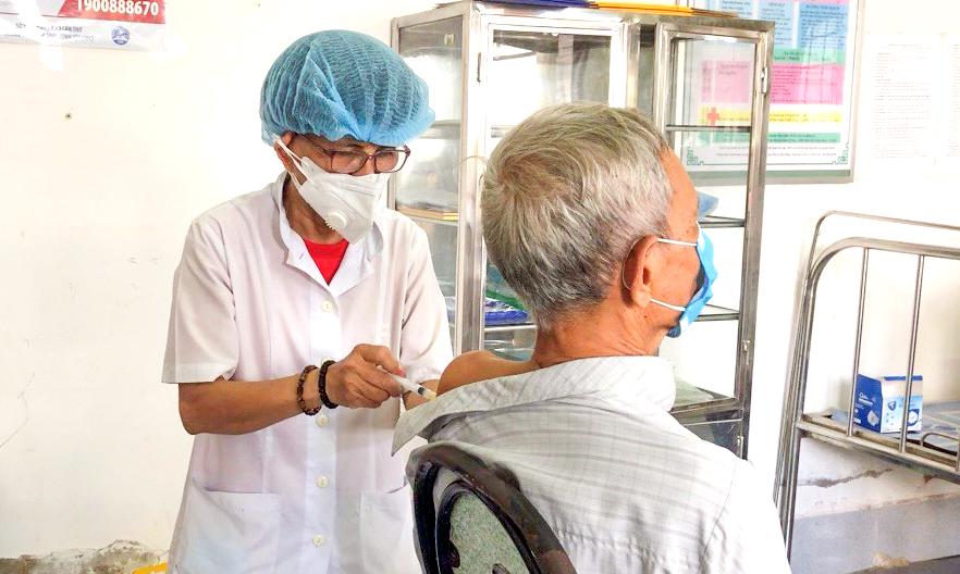 Tiêm vaccine ngừa COVID-19 cho người cao tuổi tại Trạm y tế phường Thường Thạnh, quận Cái Răng.