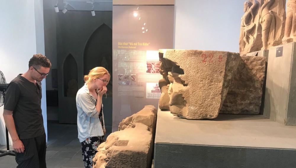 Bảo tàng Điêu khắc Chăm Đà Nẵng hiện đã vận hành ứng dụng scan 3D. Trong ảnh: Khách nước ngoài tham quan Bảo tàng Điêu khắc Chăm Đà Nẵng khi dịch COVID-19 chưa bùng phát.