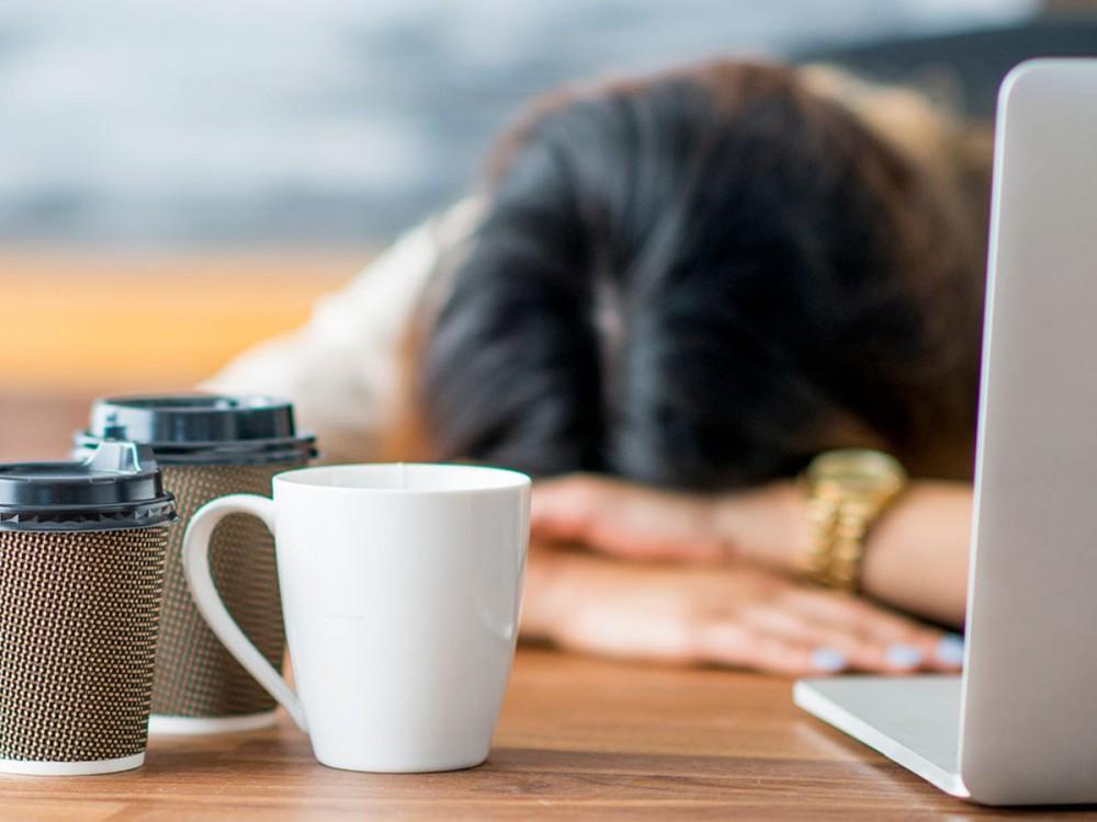 Lạm dụng cà phê có thể khiến bạn thêm mệt mỏi, thay vì tỉnh táo hơn.