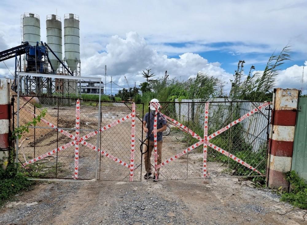 """Nhà thầu tổ chức cho công nhân thi công thực hiện """"3 tại chỗ"""" để phòng chống dịch COVID-19. Trong ảnh: Cổng rào không cho người ngoài vào công trình để đảm bảo an toàn dịch bệnh."""
